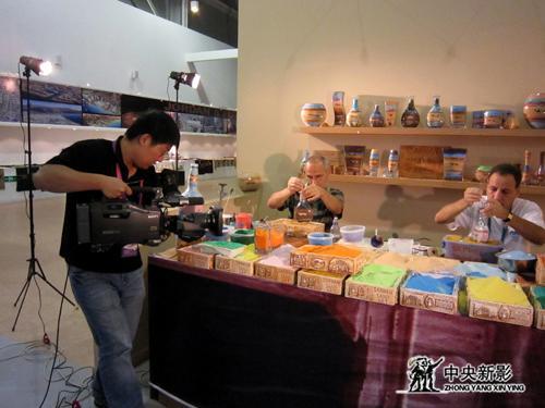 摄制组在世博会场馆中拍摄