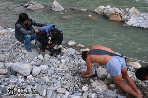 《中国三峡》摄制组在三峡拍摄