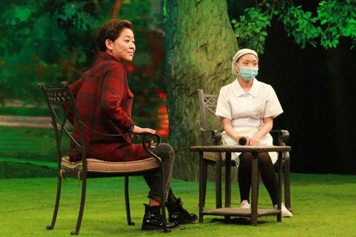 主持人倪萍在 等着我 的节目现场为白血病女孩王思培捐款...
