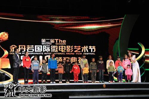 太阳村孩子们表演节目