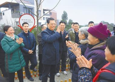 一月二十六日,中共中央政治局委员、中央组织部部长赵乐际到成都市蒲江县西来镇两河村调研基层党组织建设工作,看望慰问农村党员群众。