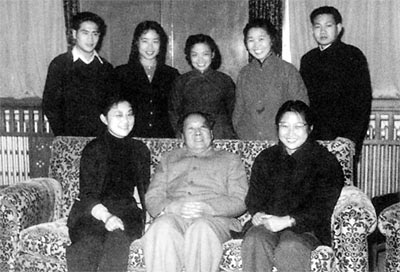 一九六一年,毛泽东及女儿李敏(前排右)同部分身边工作人员合影。