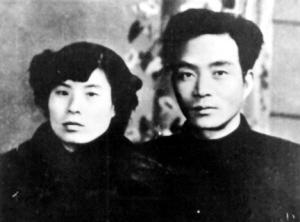 昔日剿匪反霸、生死与共的战友成为一对有着共同理想的伴侣。这是焦裕禄和妻子徐俊雅结婚时的留影。