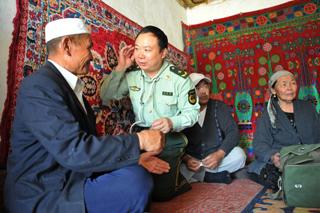 庄仕华与很多农牧民结下深厚友情,每次他去巡诊,大家都纷纷前来咨询。