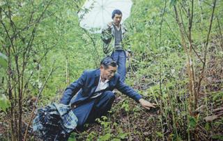 高德荣查看林下种植产业发展情况。