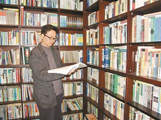 邹碧华在书房学习。
