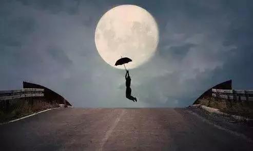 他却抬头看见月亮