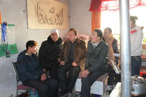 杨再明(右一)家访困难学生