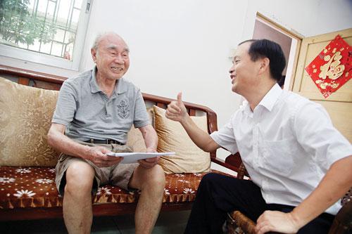 梁奋(左)讲述他亲历、亲见、亲闻的抗战故事