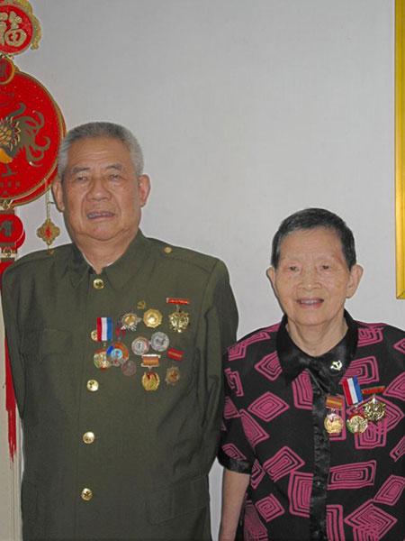 父亲古兴与母亲杨碧群佩戴军功章合照