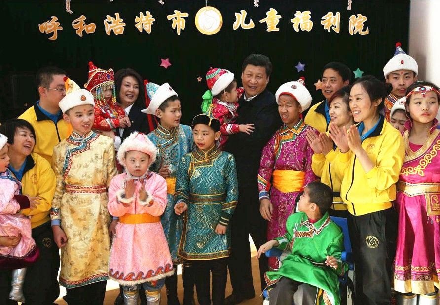 2014年1月26日至28日,农历马年春节即将到来之际,习近平来到内蒙古,看望慰问各族干部群众,向全国各族人民致以诚挚的新春祝福。