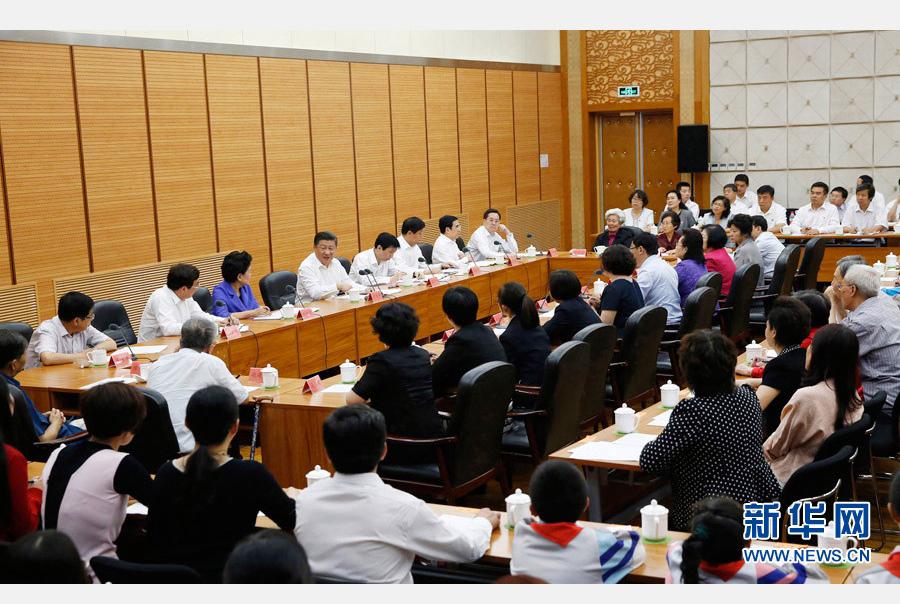 9月9日,中共中央总书记、国家主席、中央军委主席习近平来到北京市八一学校,看望慰问师生,向全国广大教师和教育工作者致以节日祝贺和诚挚问候。这是习近平同北京市和八一学校教师学生代表座谈。