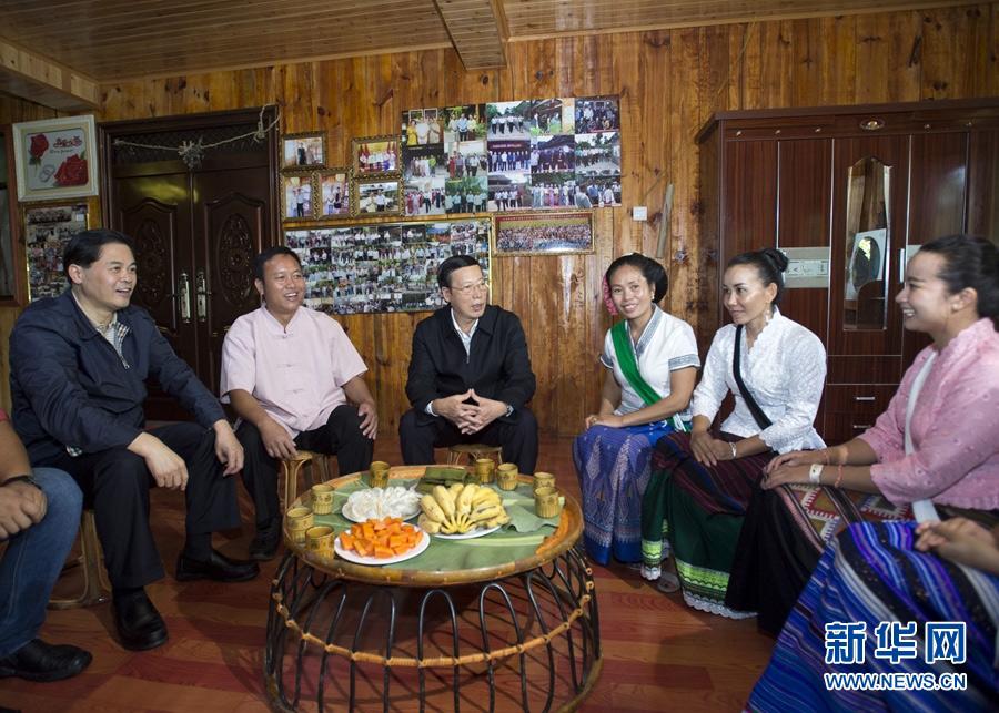 11月7日至9日,中共中央政治局常委、国务院副总理张高丽在云南调研。这是11月8日,张高丽在景洪市勐养镇曼掌村看望少数民族村民,调研少数民族新农村建设。