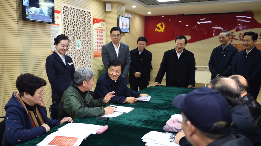 11月16日至18日,中共中央政治局常委、中央书记处书记刘云山在浙江调研。这是11月17日,刘云山在杭州市景昙社区同干部群众交谈。