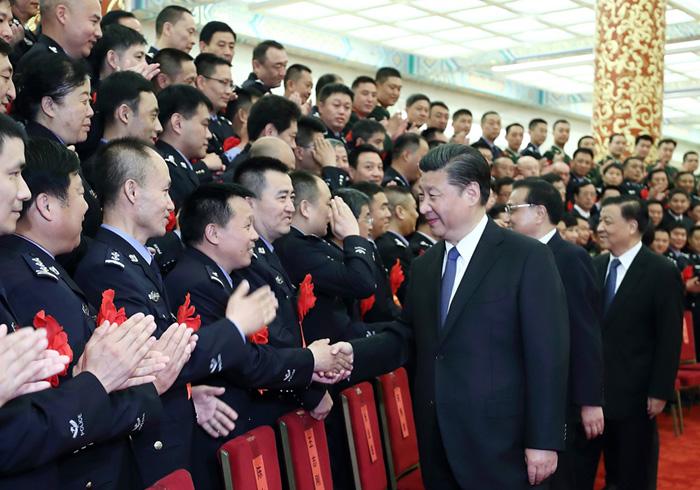 5月19日,全国公安系统英雄模范立功集体表彰大会在北京人民大会堂举行。会前,习近平、李克强、刘云山等会见与会代表。