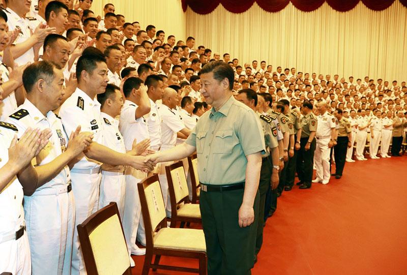 5月24日,中共中央总书记、国家主席、中央军委主席习近平视察海军机关,亲切接见海军第十二次党代会全体代表和海军机关正师职以上领导干部。这是习近平同大家亲切握手。
