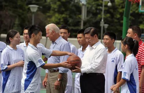 2011年8月21日下午,习近平与时任美国副总统约瑟夫・拜登一起在汶川地震后重建的都江堰青城山高级中学与学生交流互动。