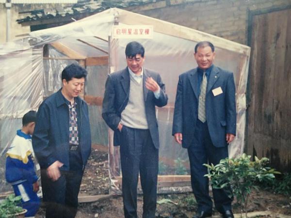 廖俊波在拿口镇参观小学生栽培实践实验园。