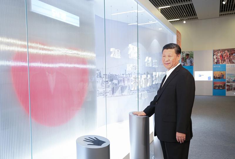 """6月26日,中共中央总书记、国家主席、中央军委主席习近平在国家博物馆参观香港回归祖国20周年成就展。这是习近平按下""""同心圆""""互动装置的触摸板。这个""""同心圆""""互动装置代表着香港同胞和内地同胞齐心协力、携手合作,一起为国家发展贡献力量。"""