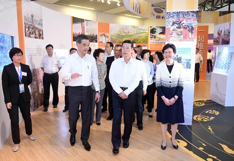 6月26日,中共中央政治局常委、国务院副总理张高丽在国家博物馆参观香港回归祖国20周年成就展。