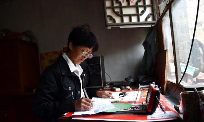 刘桂珍在填写贫困户无劳动能力人员信息登记表
