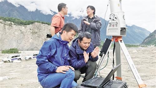 中科院成都山地所科研人员正在使用3D激光扫描仪对易贡滑坡灾害链地区提取高分辨地形地貌信息。