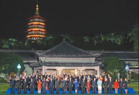 2016年9月4日,国家主席习近平和夫人彭丽媛在杭州西子宾馆举行宴会,欢迎出席二十国集团领导人杭州峰会的外方代表团团长及所有嘉宾。这是习近平和彭丽媛同外方代表团团长及配偶在室外草坪合影留念。