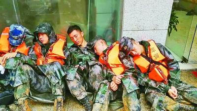 这群22岁到25岁之间的学员一夜未眠,和衣席地而坐,相互依靠着打个盹、缓一缓神。刘利摄/光明图片