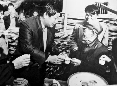 2002年6月,习近平总书记(时任福建省省长)深入武平县调研林改工作,与当地林农亲切交谈。(资料图片)