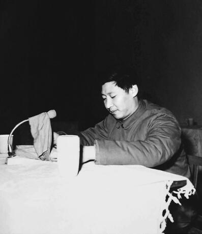 1982年12月,时任正定县委副书记习近平在全县精神文明建设先进集体和先进个人代表会议上讲话。 (资料图片)