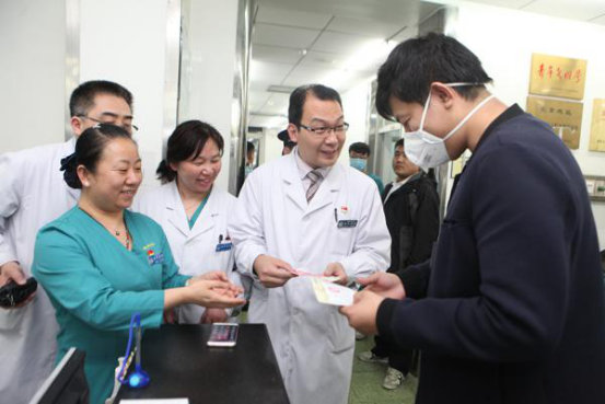 2017年4月8日0时11分,北京宣武医院急诊接诊一名患者,产生了宣武医院的第一张医事服务费收费单据。新华社发(胡诚 摄)
