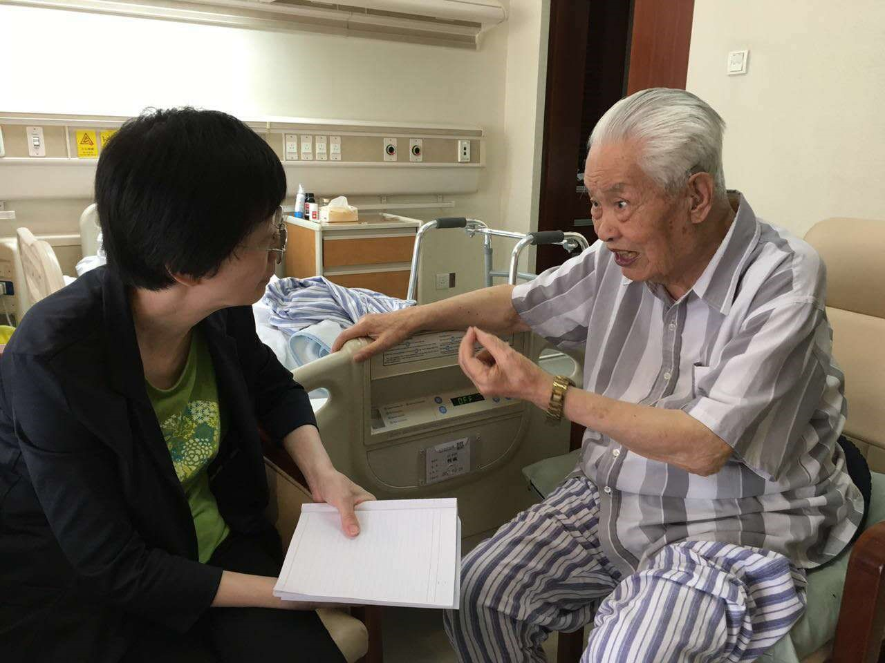 记者日前在京采访何老,百岁老人兴致勃勃畅叙延安往事。(谢中摄)