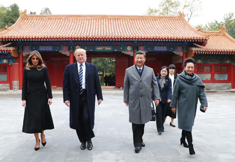 11月8日下午,国家主席习近平和夫人彭丽媛在北京故宫博物院迎接来华进行国事访问的美国总统特朗普和夫人梅拉尼娅。两国元首夫妇在宝蕴楼简短茶叙。
