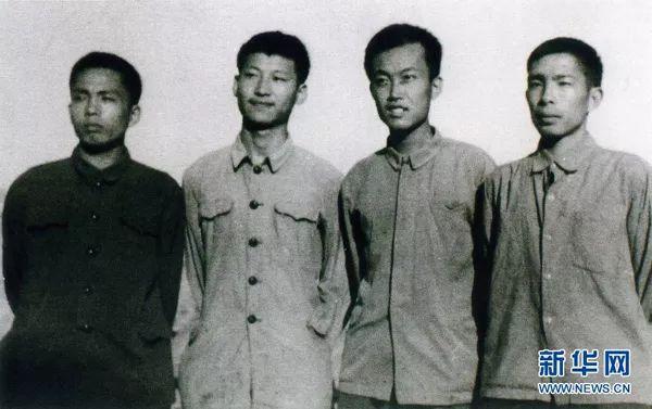 这是1973年上山下乡时期,习近平(左二)在陕西延川县。
