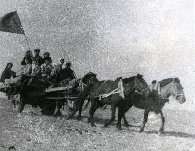第一支乌兰牧骑队驾着马车,前往牧区演出。(照片由内蒙古苏尼特右旗乌兰牧骑提供)