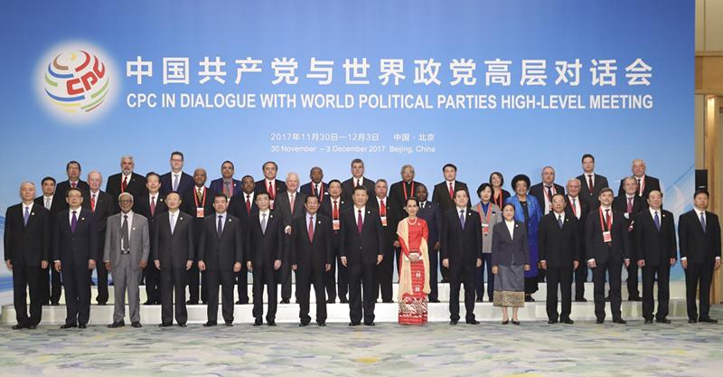 12月1日,中共中央总书记、国家主席习近平在北京人民大会堂出席中国共产党与世界政党高层对话会开幕式,并发表题为《携手建设更加美好的世界》的主旨讲话。这是开幕式前,习近平与外方主要嘉宾合影留念。