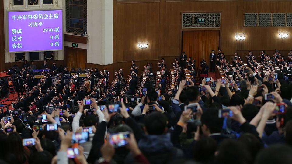 3月17日,十三届全国人大一次集会在北京人民大会堂举办第五次全体会议。习近平全票中选为国家主席、中央军委主席。