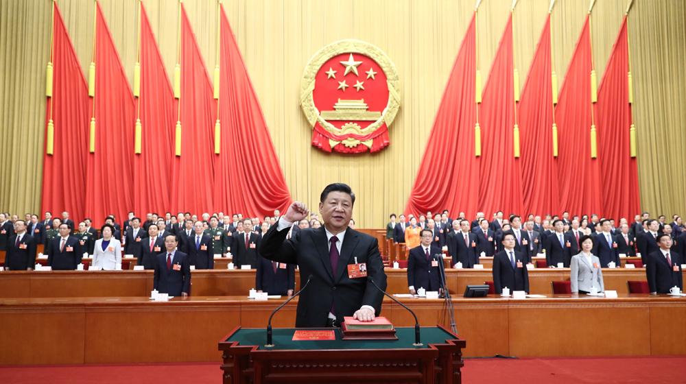 3月17日,十三届全国人大一次会议在北京人民大会堂举行第五次全体会议。习近平当选中华人民共和国主席、中华人民共和国中央军事委员会主席。这是习近平进行宪法宣誓。