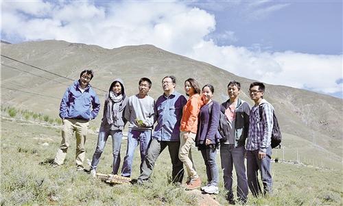 钟扬(右五)和学生们在野外考察