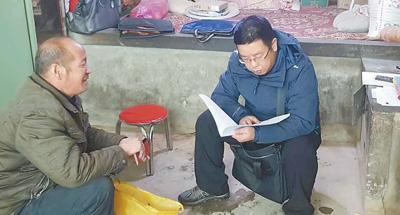 黄星(右)在陕西进行脱贫成效交叉考核入户核实调查。