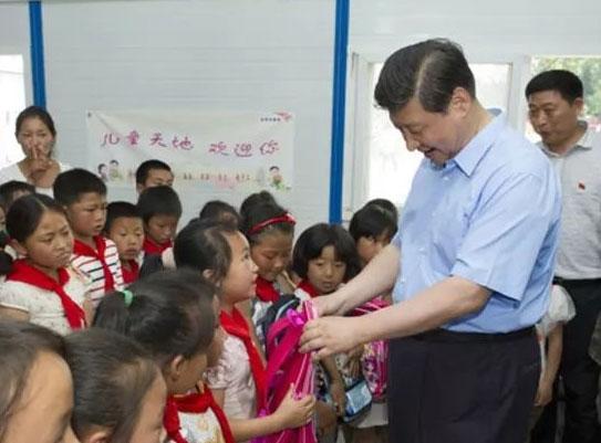 2013年5月21日,习近平看望四川芦山灾区学生。来源:新华社