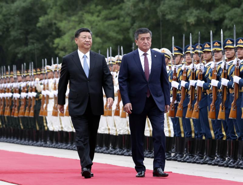 6月6日,国家主席习近平在北京人民大会堂同吉尔吉斯斯坦总统热恩别科夫举行会谈。这是会谈前,习近平在人民大会堂东门外广场为热恩别科夫举行欢迎仪式。