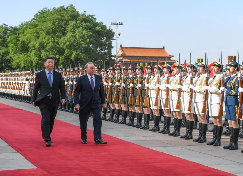 6月7日,国家主席习近平在北京人民大会堂同哈萨克斯坦总统纳扎尔巴耶夫举行会谈。这是会谈前,习近平在人民大会堂东门外广场为纳扎尔巴耶夫举行欢迎仪式。