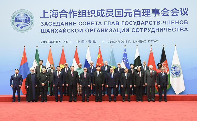 6月10日,上海合作组织成员国元首理事会第十八次会议在青岛国际会议中心举行。国家主席习近平主持会议并发表重要讲话。这是会前,习近平同与会各方在迎宾厅集体合影。