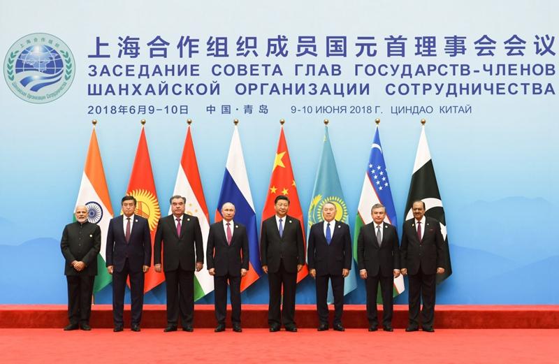 6月10日,上海合作组织成员国元首理事会第十八次会议小范围会谈在青岛国际会议中心举行。国家主席习近平主持。这是上海合作组织成员国领导人集体合影。