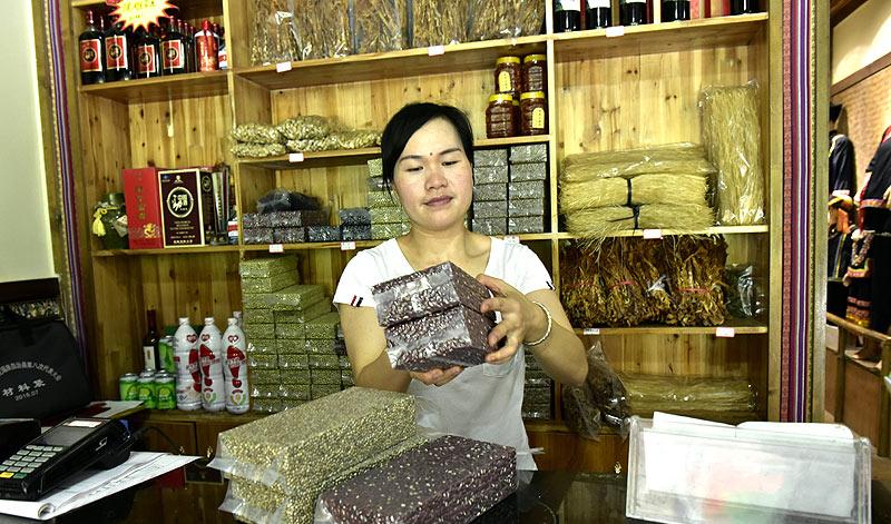 6月21日,弄腾村党支部副书记蓝芳灵有布努人家农家乐整理包装好的杂粮。