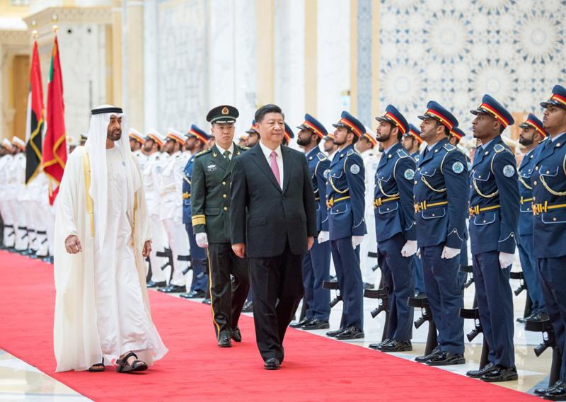 7月20日,阿联酋阿布扎比王储穆罕默德和副总统兼总理穆罕默德在总统府大厅共同举行隆重盛大仪式,欢迎国家主席习近平对阿联酋进行国事访问。这是习近平在穆罕默德王储陪同下检阅仪仗队。新华社记者 李学仁 摄