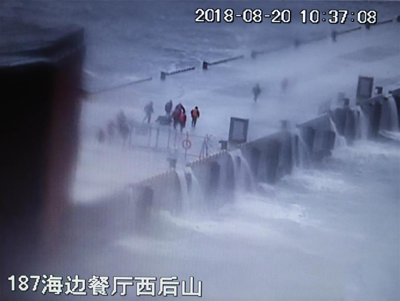 这是翻拍的8月20日现场监控录像。录像记录了黄群、宋月才、姜开斌等同志抢救国家某重点试验平台的场景(8月26日摄)。