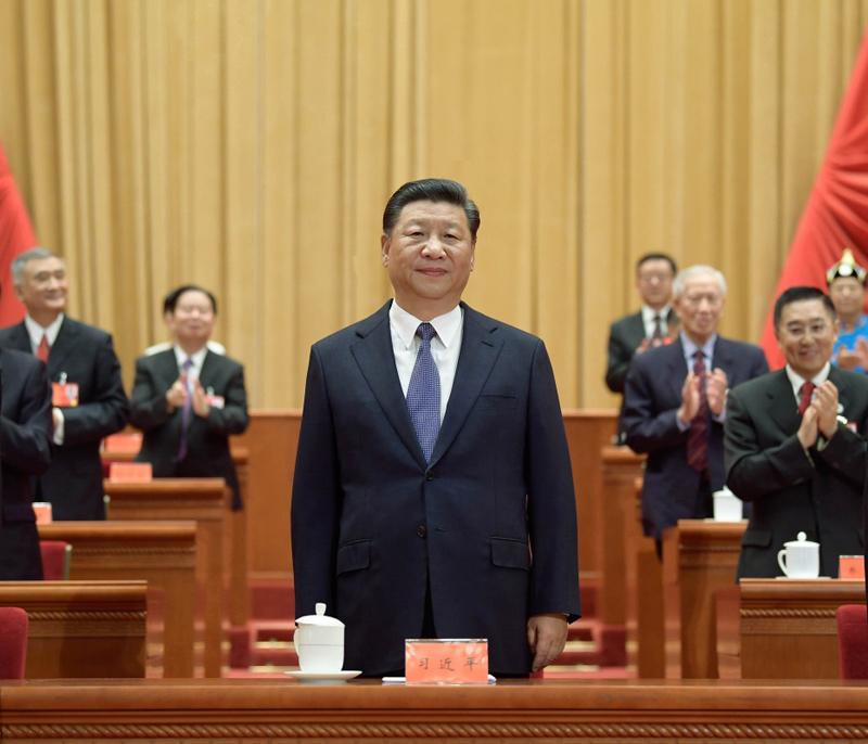 8月29日,第十次全国归侨侨眷代表大会在北京人民大会堂开幕。这是中共中央总书记、国家主席、中央军委主席习近平在主席台向与会代表致意。新华社记者 李学仁 摄