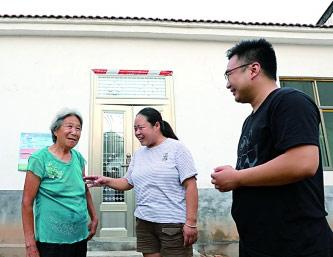 8月2日,河南省焦作市温县赵堡镇西水运村,驻村干部看望贫困户耿翠梅(左一)。耿翠梅一家刚刚搬进了新居。光明图片/视觉中国